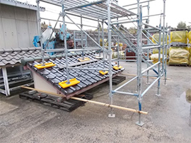 足場設置での 軽量瓦の強度確認テストの様子
